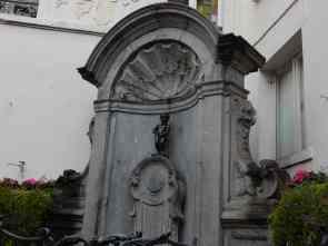 the not-so-impressive Manekin Pis statue